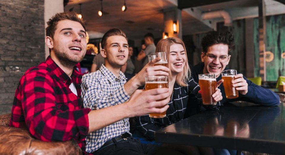 sello poowercool amigos-cerveza fria-brindando-